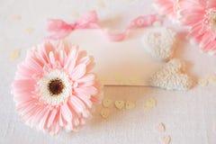 Les symboles de jour du ` s de Valentine offrent des fleurs de gerbera et des sucreries de coeur Photos stock