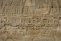 Les symboles signe des chiffres des pharaons en Egypte, le mur dans Luxo Photographie stock