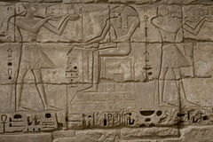Les symboles signe des chiffres des pharaons en Egypte, le mur dans Luxo Photos stock