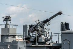 Les systèmes antiaériens de combat des militaires embarquent des armes du défense aérien de forces navales de frégate images libres de droits