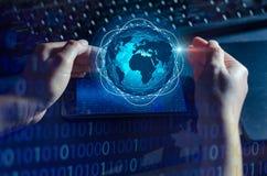 Les téléphones intelligents et les gens d'affaires rares d'Internet du monde de communication de connexions de globe pressent le  photos libres de droits