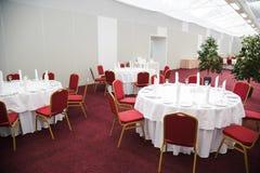 Les Tableaux ont placé pour un événement, ensemble de approvisionnement de table Photo stock