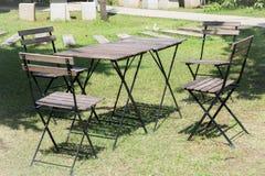 Les tables et les chaises extérieures ont installé sur la pelouse verte Photos stock