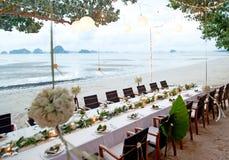 Les tables sont mises pour un mariage romantique Images stock