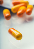 Les Tablettes de pilules capsulent ou médicament librement étendu sur le fond en verre Image stock