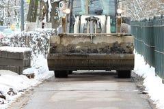 Les tailleurs de pierres travaillants réparent le trottoir, installent des restrictions avant l'asphaltage pour la route Photographie stock
