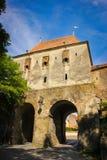 Les tailleurs dominent ou grande tour de la porte arrière dans la ville médiévale de Sighisoara photos stock