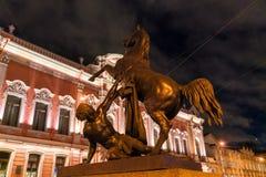 Les tamers de cheval bronzent des statues de pont d'Anichkov dans le saint Petersbu Image stock