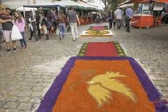 Les tapis de Corpus Christi enchantent des croyants et des touristes dans Embu DA photo libre de droits