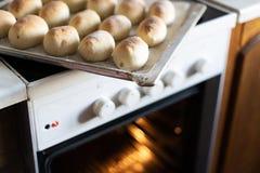 Les tartes cuits au four prêts à l'emploi se trouvent sur un plateau faites les tartes cuire au four dans le four Cuisine traditi images stock
