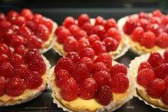 Les tartes de framboise se sont vendues à un marché de dessert Images libres de droits