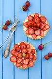 Les tartes douces avec les fraises fraîches, mascarpone ont servi avec le vint Photographie stock libre de droits