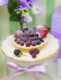 Les tartes fraîches de baie remplies de crème anglaise, framboise, myrtille, ont saupoudré le dessert délicieux de sucre et de mû Image stock