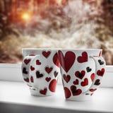 Les tasses avec des coeurs se tient sur un filon-couche de fenêtre Photographie stock