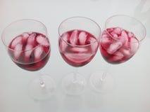 Les tasses avec le vin rouge ou le Tinto de Verano d'été, un Espagnol populaire boivent photos stock