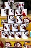 Les tasses dans le souq de Doha montrent la fidélité à l'émir qatari Photographie stock