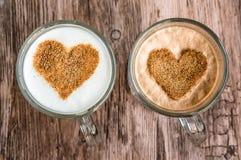 Les tasses de café avec un coeur forment le symbole Photos libres de droits