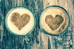 Les tasses de café avec un coeur forment le symbole Photo stock