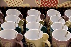 Les tasses de couleur dans la boutique Image stock