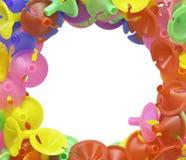 Les tasses en plastique colorées pour le latex montent en ballon sur le blanc Photo stock