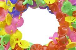 Les tasses en plastique colorées pour le latex montent en ballon sur le blanc Photos stock