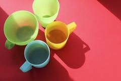 Les tasses en plastique sont des plats pour un pique-nique photographie stock libre de droits