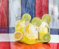 Les tasses en verre ont rempli de limonade froide sur des couleurs nationales des Etats-Unis pour Image libre de droits