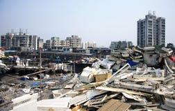Les taudis de dessus de toit de Mumbai ont empilé la haute avec des déchets Images stock