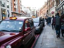 Les taxis attendent en dehors du magasin de Harrods, Londo Image libre de droits