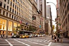 Les taxis jaunes conduit sur la 5ème avenue à New York Image libre de droits