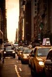 Les taxis jaunes conduit sur la 5ème avenue à New York Image stock