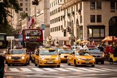Les taxis jaunes conduit sur la 5ème avenue à New York Photographie stock libre de droits
