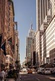 Les taxis jaunes monte sur la 5ème avenue, New York Image libre de droits