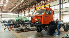 Les techniciens assemblent les camions réparés dans l'atelier de service banque de vidéos