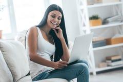 Les technologies modernes la rendent heureuse Images stock