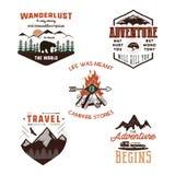 Les tees-shirt d'aventure de vintage conçoit, ensemble de logo d'été Labels tirés par la main de voyage Explorateur de montagne,  illustration de vecteur