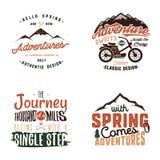 Les tees-shirt d'aventure de vintage conçoit, ensemble de logo d'été Labels tirés par la main de voyage Explorateur de montagne,  illustration stock