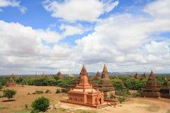 Temples dans Bagan en ciel bleu avec le jour de nuage, Myanmar Image stock