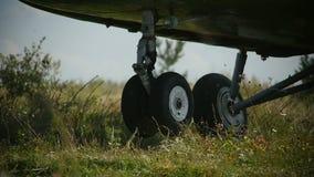 Les terres de train d'atterrissage d'hélicoptère de plan rapproché sur le vent de champ secoue l'herbe clips vidéos