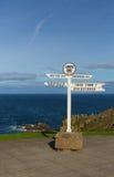 Les terres finissent la mer bleue et le ciel de poteau indicateur BRITANNIQUE des Cornouailles Angleterre Photo libre de droits