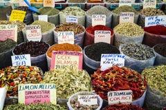 Les thés et les épices à un marché oriental calent Image libre de droits