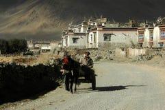 Les Tibétains et le village Photographie stock