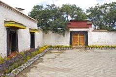 Les Tibétains renferment au jardin de Norbulinka Photographie stock