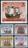 Les timbres imprimés en Hongrie montre des bateaux de navigation Image stock
