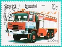 Les timbres-poste avec imprimé au Cambodge montre le firetruck Image stock