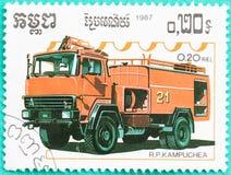 Les timbres-poste avec imprimé au Cambodge montre le firetruck Photographie stock