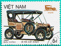 Les timbres-poste avec imprimé au Vietnam montre la voiture classique Image stock