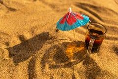 Les tirs colorés boit sur une plage sablonneuse avec des parapluies pour des boissons photographie stock