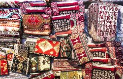 Les tissus colorés et d'autres produits folkloriques à un bord de la route calent l'esprit Photos stock