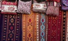 Les tissus colorés et d'autres produits folkloriques à un bord de la route calent l'esprit Photographie stock